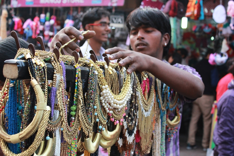 A hawker at Sarojini Market. Image source: scoopwhoop.com
