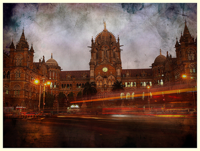 Victoria Terminus/ Chatrapati Shivaji Terminus captures amidst the chaotic Mumbai traffic Photo credits - Stefan H, Flickr
